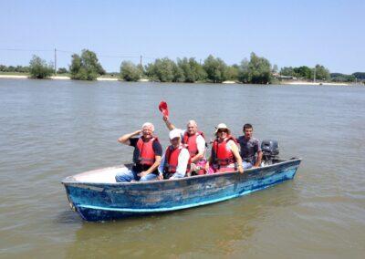 activitati de grup pe apa cu barca cu motor pe delta